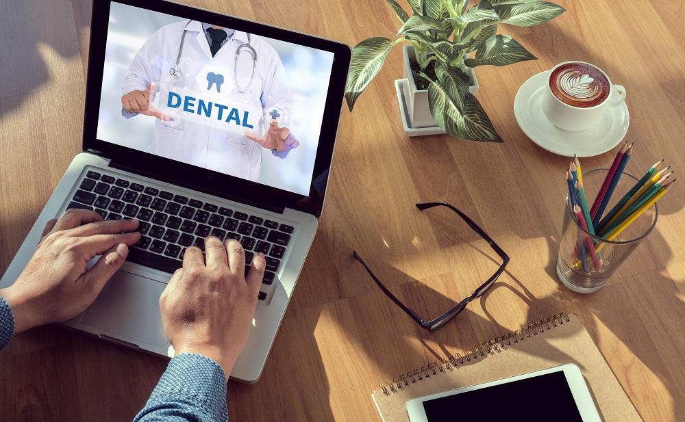 Notebook com tela em site de odontologia