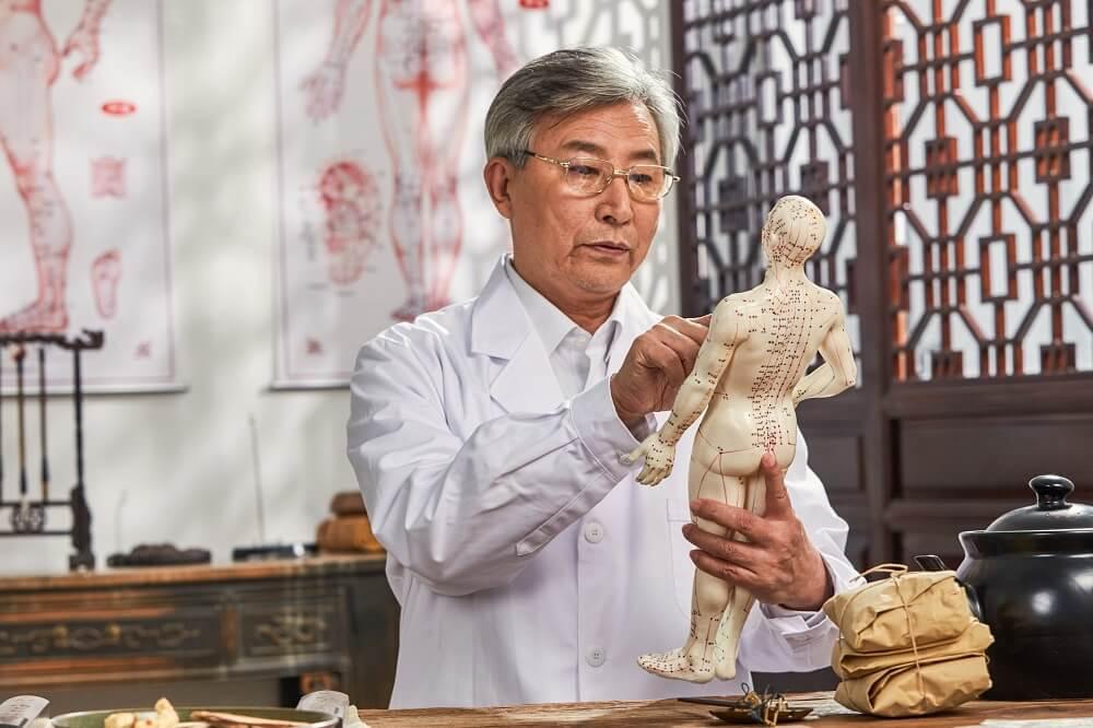 Médico estudando medicina tradicional chinesa