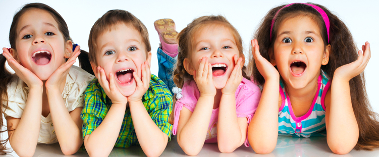 Crianças podem aprender a usar o fio dental desde cedo