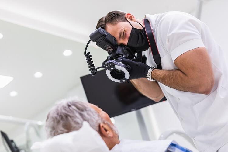Dentista fotografa boca de paciente
