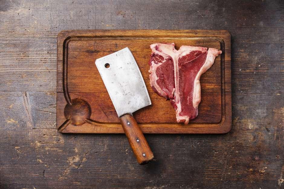 Tábua de cortar carne possui muitas bactérias