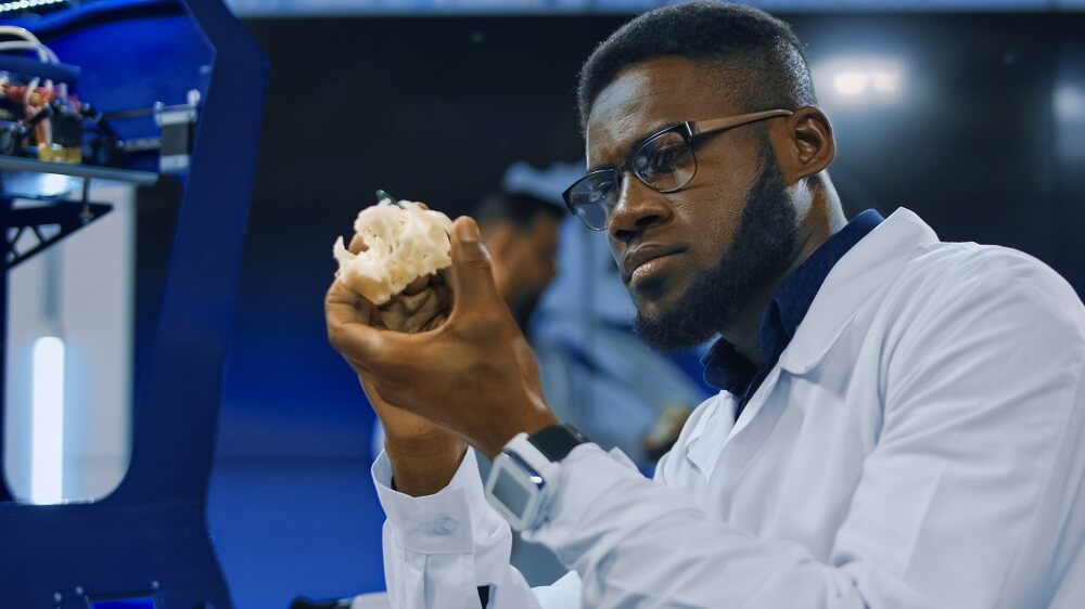Dentista analisando protótipo feito na impressora 3D na odontologia