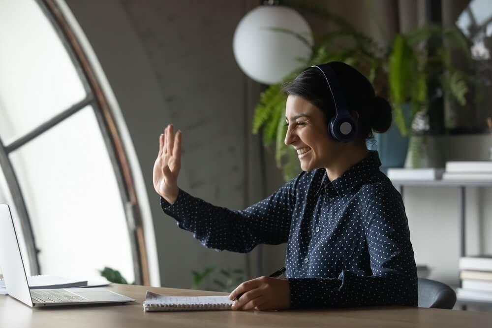 Mulher fazendo live pelo computador