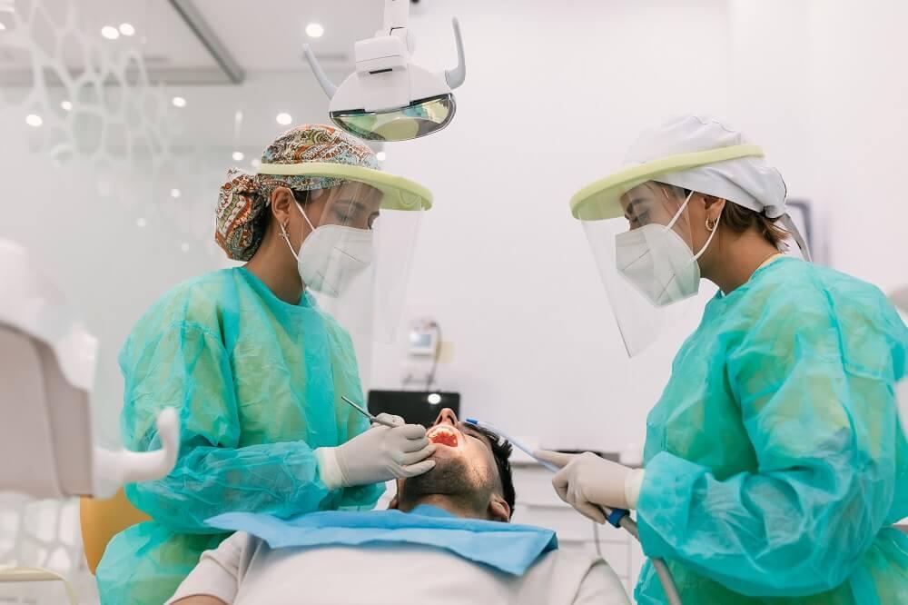 Dupla trabalhando em profilaxia odontológica.