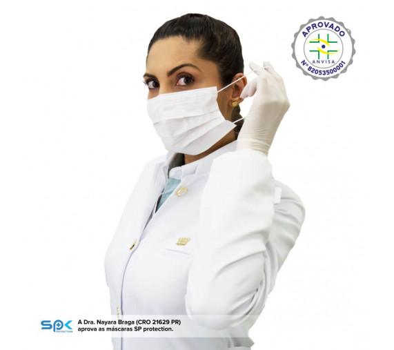 Mulher profissional da saúde segura elástico da máscara descartável branca