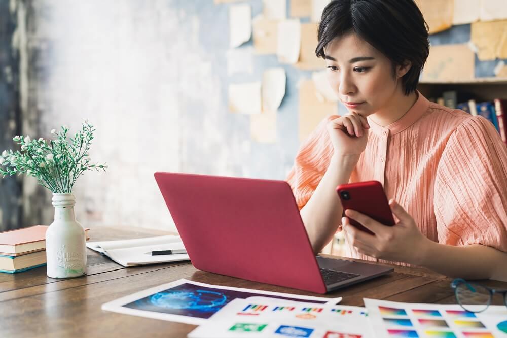 Mulher asiática mexendo em notebook