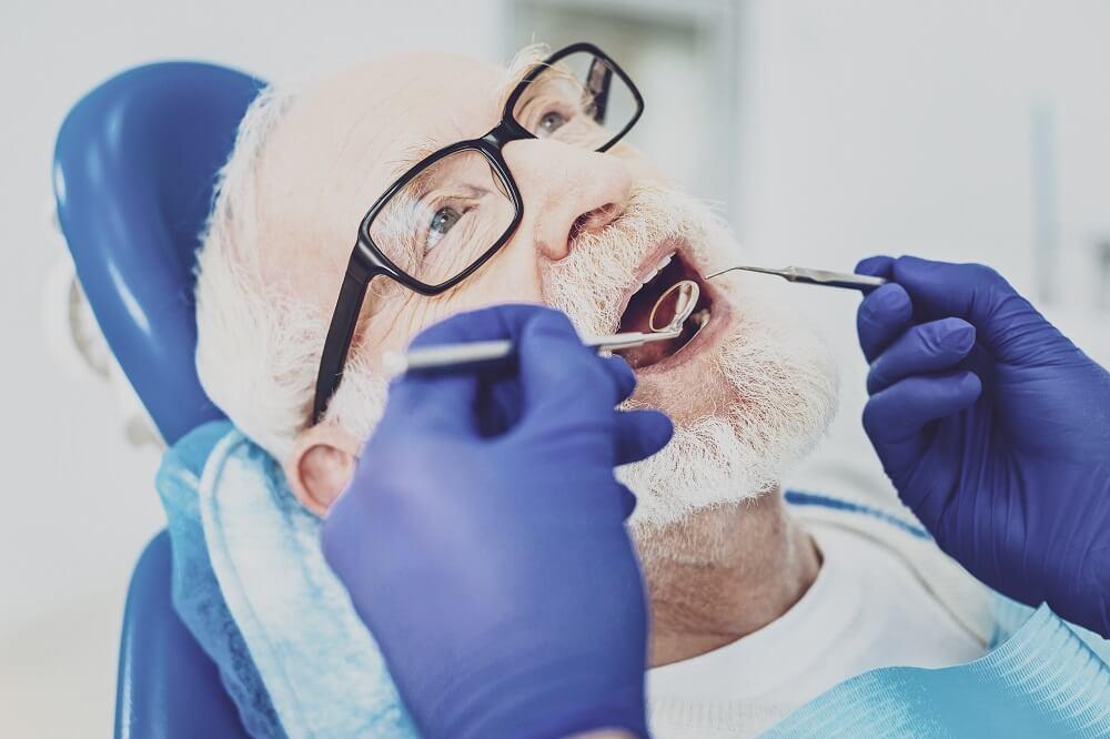 Idoso recebendo atendimento odontológico